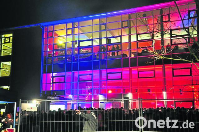 Sporthalle verwandelt sich in der Silvesternacht zum Disco-Tempel ...