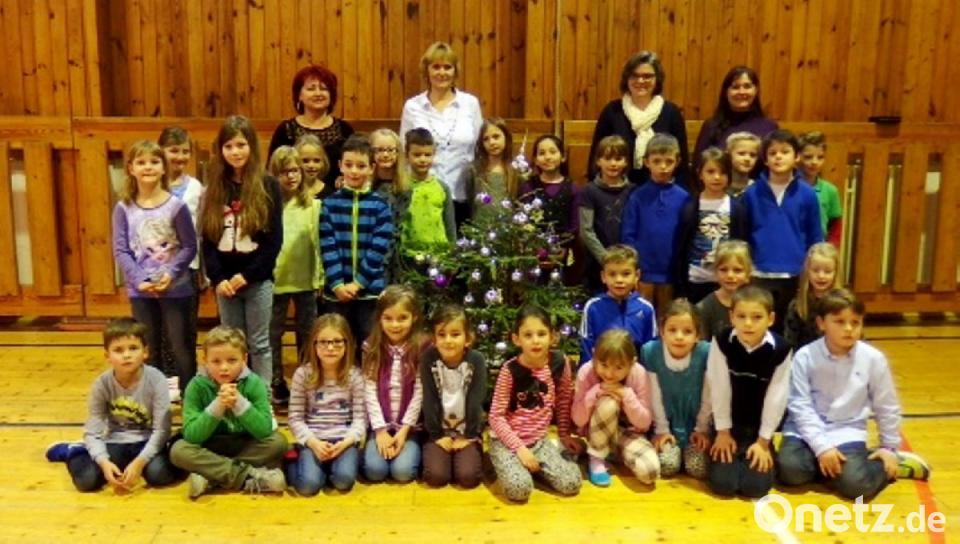 Tschechische Weihnachtslieder.Lehrer Und Schüler Singen Bei Besuch In Tschechien Gemeinsam