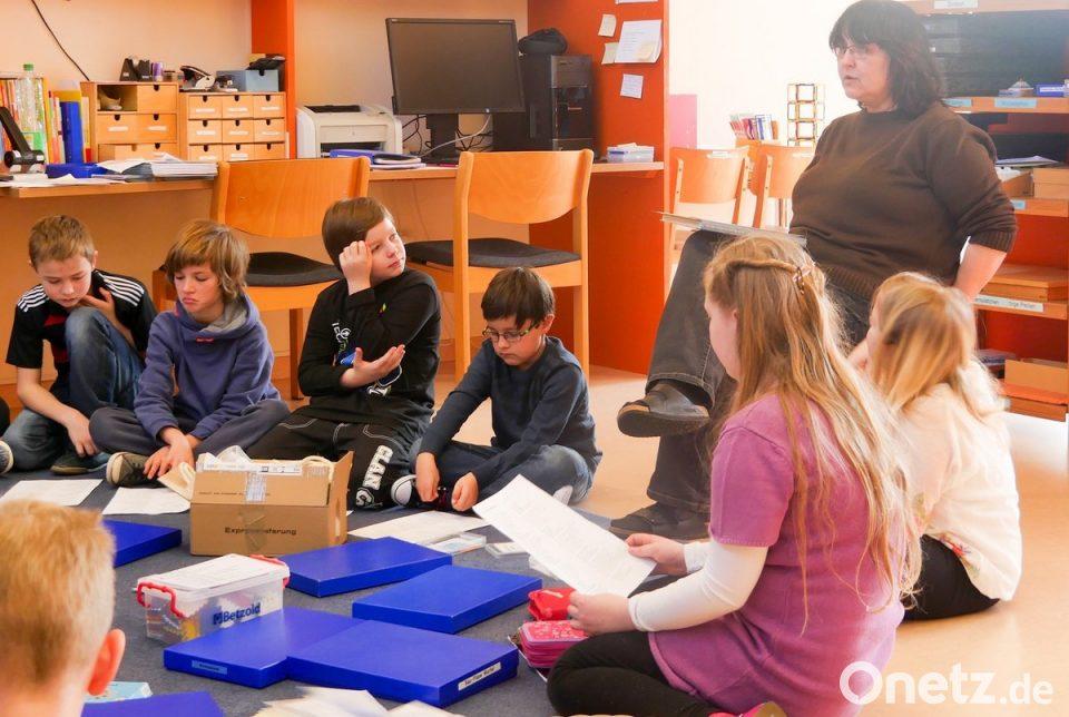Kinder der Montessori-Schule Weiden arbeiten konzentriert, entspannt ...