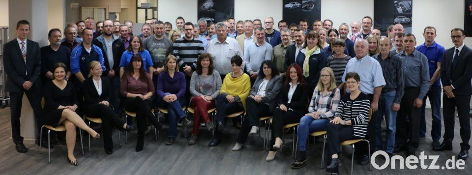 Novem-Geschäftsführer Johannes Burtscher (rechts stehend) Konzernleiterin für Personal Claudia Bahmann (sitzend Erste von links) Janine Kiesl aus der ...  sc 1 st  Onetz & Novem dankt für Treue und Solidarität | Onetz