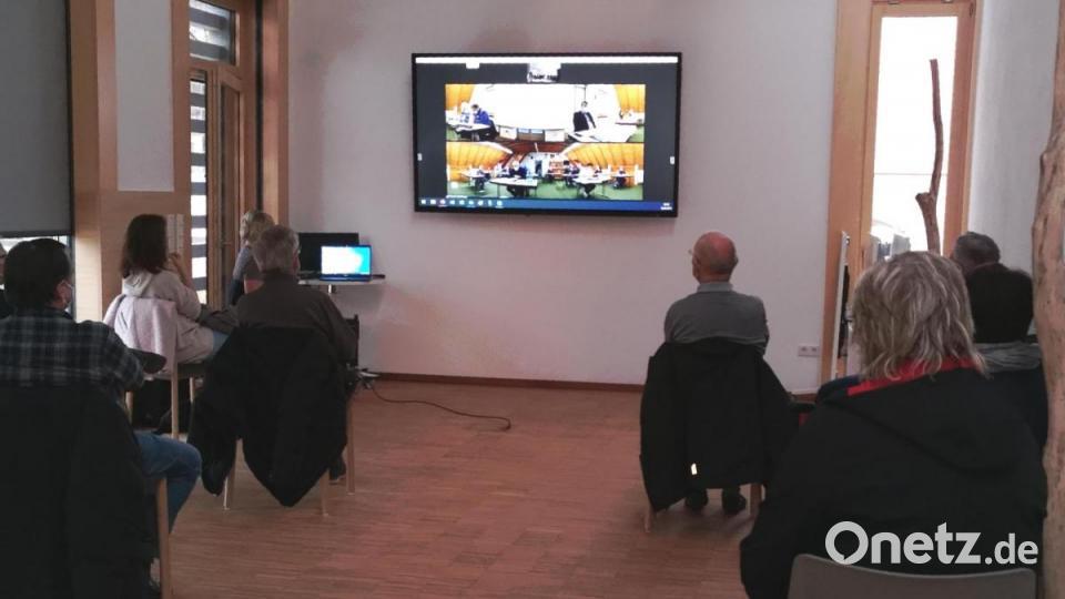 Premiere: Stadträte und Bürger in getrennten Räumen