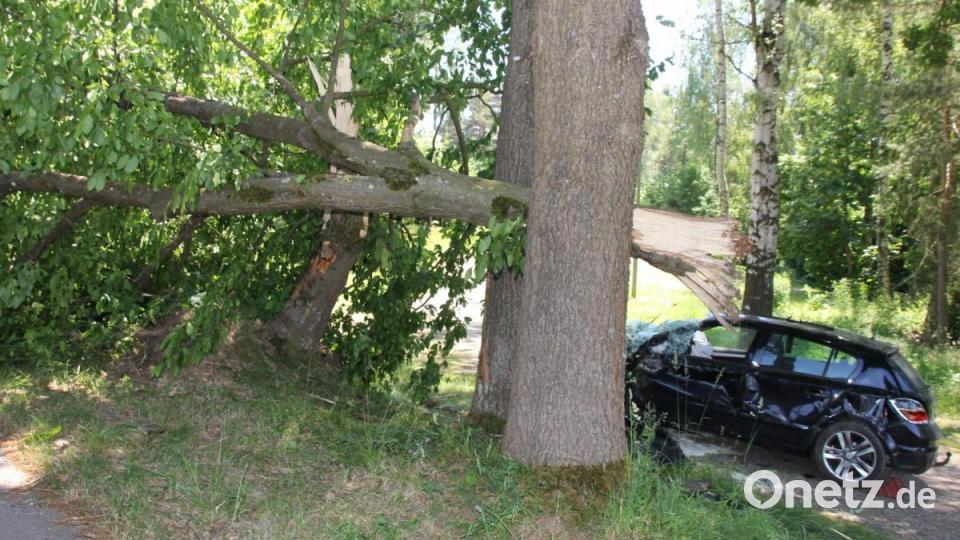 Unfall auf der B22: Fahrer kracht mit Auto gegen Baum